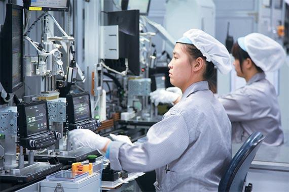 中韩人力网-韩企资讯:9月8日上午中国天津滨海新区韩企现代摩比斯工厂。要进入车间就必须换上类似医生白大褂的防静电作业服以及作业帽、作业鞋,这种防静电作业服用来除去身上带有的静电。 中国员工正在组装车载信息娱乐系统。他们必须身着防静电作业服和作业帽。 中韩人力网获悉,在经过用强风吹掉灰尘的空气浴后才能进到里面。现代摩比斯天津厂生产的是车载信息娱乐系统和一种汽车电子控制单元(ECU)。像半导体工厂一样,微米(千分之一毫米)级的微尘也会对质量造成影响,因而彻底的防尘、防电工作是不可或缺的。 厂内正热火朝天地进